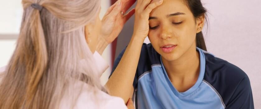 Co to jest wstrząs mózgu? Objawy, przyczyny i leczenie wstrząśnienia mózgu